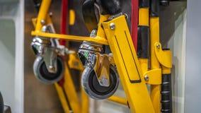Промышленная смертная казнь через повешение колеса тележки тяги на стене стоковое фото