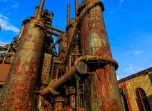 Промышленная сталь штабелирует заржаветый и красочный с течением времени в PA Вифлеема на летний день Стоковые Фотографии RF