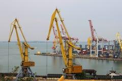 Промышленная сцена порта торговлей перевозки контейнера на заходе солнца стоковое фото