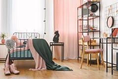 Промышленная черная мебель в спальне стоковые фотографии rf