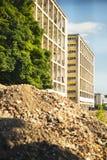 Промышленное бетонное здание разрушанное забастовкой Сцена бедствия вполне твердых частиц, пыли и, который разбили зданий Стоковое фото RF