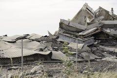Промышленное бетонное здание разрушанное забастовкой Сцена бедствия вполне твердых частиц, пыли и, который разбили зданий Стоковые Фото