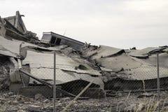 Промышленное бетонное здание разрушанное забастовкой Сцена бедствия вполне твердых частиц, пыли и, который разбили зданий Стоковое Фото