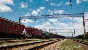 Промышленное железнодорожное - фуры, рельсы и инфраструктура, снабжение электроэнергией, транспорт груза и концепция доставки