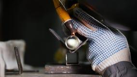 промышленное изготавливание Деталь трубки утюга Процесс заварки неукоснительная работа стоковая фотография