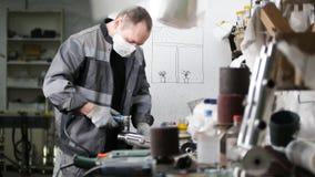 промышленное изготавливание Работник человека на ткани Зашкурить трубу утюга стоковое фото
