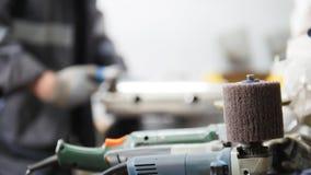 промышленное изготавливание Работник человека на ткани Зашкурить машина в фокусе стоковое изображение rf