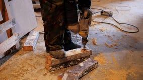 промышленно конструкция кирпичей кладя outdoors место Работник человека сверля древообразную доску акции видеоматериалы