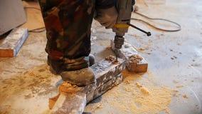 промышленно конструкция кирпичей кладя outdoors место Работник человека сверля снежный кирпич движение медленное акции видеоматериалы