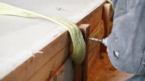 промышленно конструкция кирпичей кладя outdoors место Работник человека сверля древообразную доску Управлять a видеоматериал