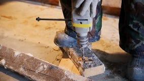 промышленно конструкция кирпичей кладя outdoors место Работник человека сверля древообразную доску движение медленное видеоматериал