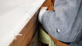 промышленно конструкция кирпичей кладя outdoors место Работник человека сверля древообразную доску Сверлить винт конец вверх акции видеоматериалы