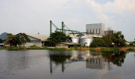 Промышленно, силосохранилище около пруда. стоковое фото