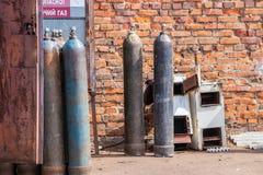 Промышленные высокие цилиндры кислорода давления для промышленной заварки металла стоковая фотография rf