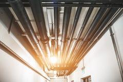 Промышленные кипятильные трубы под celling или другие трубопроводы связей домочадца в современном здании стоковое фото