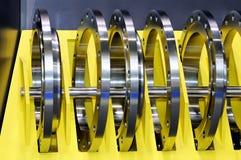 Промышленные кольца металла на желтой стойке Стоковые Фото
