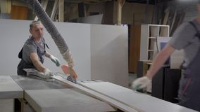 Промышленные работники плотника работая на машине древесины вырезывания акции видеоматериалы