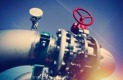 Промышленные стальные трубопроводы и клапаны против голубого неба Стоковое Фото