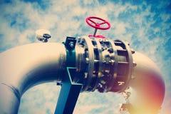 Промышленные стальные трубопроводы и клапаны против голубого неба Стоковая Фотография RF