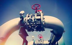 Промышленные стальные трубопроводы и клапаны против голубого неба Стоковое Изображение RF