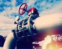 Промышленные стальные трубопроводы и клапаны против голубого неба Стоковое Изображение
