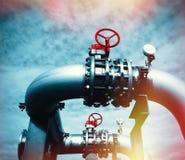 Промышленные стальные трубопроводы и клапаны против голубого неба Стоковое фото RF