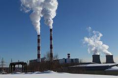 Промышленные трубы фабрики с дымом Стоковое Изображение RF