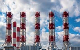 Промышленные трубы электрической станции электричества против предпосылки неба стоковые изображения rf