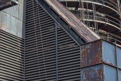 Промышленные формы и текстуры, louvered сбросы и круговые подиумы стоковая фотография