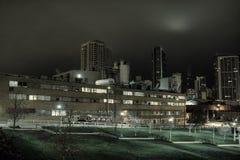 Промышленный городской пейзаж ночи с горизонтом Чикаго Стоковое Изображение RF