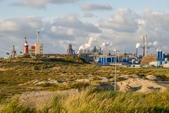 Промышленный городской пейзаж стальных изделий с куря трубами в IJmuiden, Нидерланды Стоковое Изображение RF