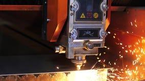 Промышленный лазер искрится вырезывание угловой машины металла Искры во время вырезывания угловой машины металла сток-видео