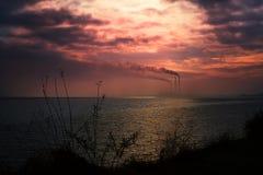 Промышленный ландшафт озером стоковое изображение