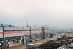 промышленный ландшафт Панорамный взгляд технологических труб Ржавые трубы, голубые рубины, связи продукции стоковые изображения rf