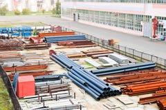 промышленный ландшафт Панорамный взгляд технологических труб Ржавые трубы, голубые рубины, связи продукции стоковое изображение