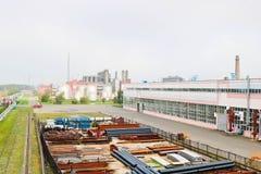 промышленный ландшафт Панорамный взгляд технологических труб Ржавые трубы, голубые рубины, связи продукции Отремонтируйте здания стоковое изображение rf