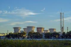 Промышленный ландшафт с стояками водяного охлаждения стоковые фото