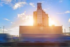 Промышленный поезд приезжает на предприятие Запачканный поезд Обрабатывать столба стоковое изображение rf
