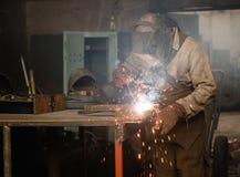 Промышленный работник на заварке фабрики Стоковое Изображение