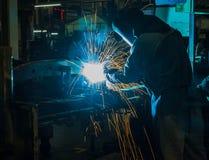 Промышленный стальной сварщик в фабрике стоковые фотографии rf