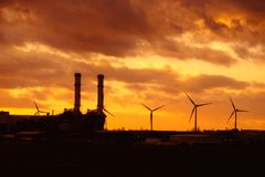 Промышленный silhouetted заход солнца Стоковые Фото