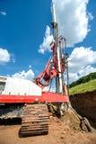 Промышленная буровая установка на строительной площадке делая отверстия стоковые изображения rf