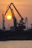 Промышленная верфь порта с заходом солнца в портрете Стоковая Фотография