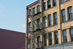 Промышленная лестница аварийного выхода кирпичного здания Стоковое Изображение