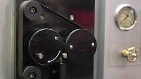 Промышленная машина работает в фабрике Машина завальцовки вытягивает провод акции видеоматериалы