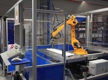 Промышленная робототехническая рука в фабрике Стоковое Изображение RF