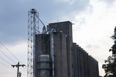 Промышленное бетонное здание и пасмурное голубое небо Стоковые Фотографии RF