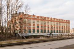 Промышленное здание и мост через реку Стоковые Фото