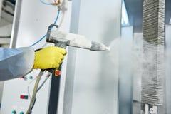 Промышленное покрытие металла Человек в защитном костюме, нося газ Стоковые Изображения RF