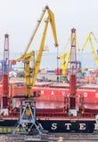 Промышленные грузовие корабли крана и в морском пехотинце торгуют портом Стоковые Фотографии RF